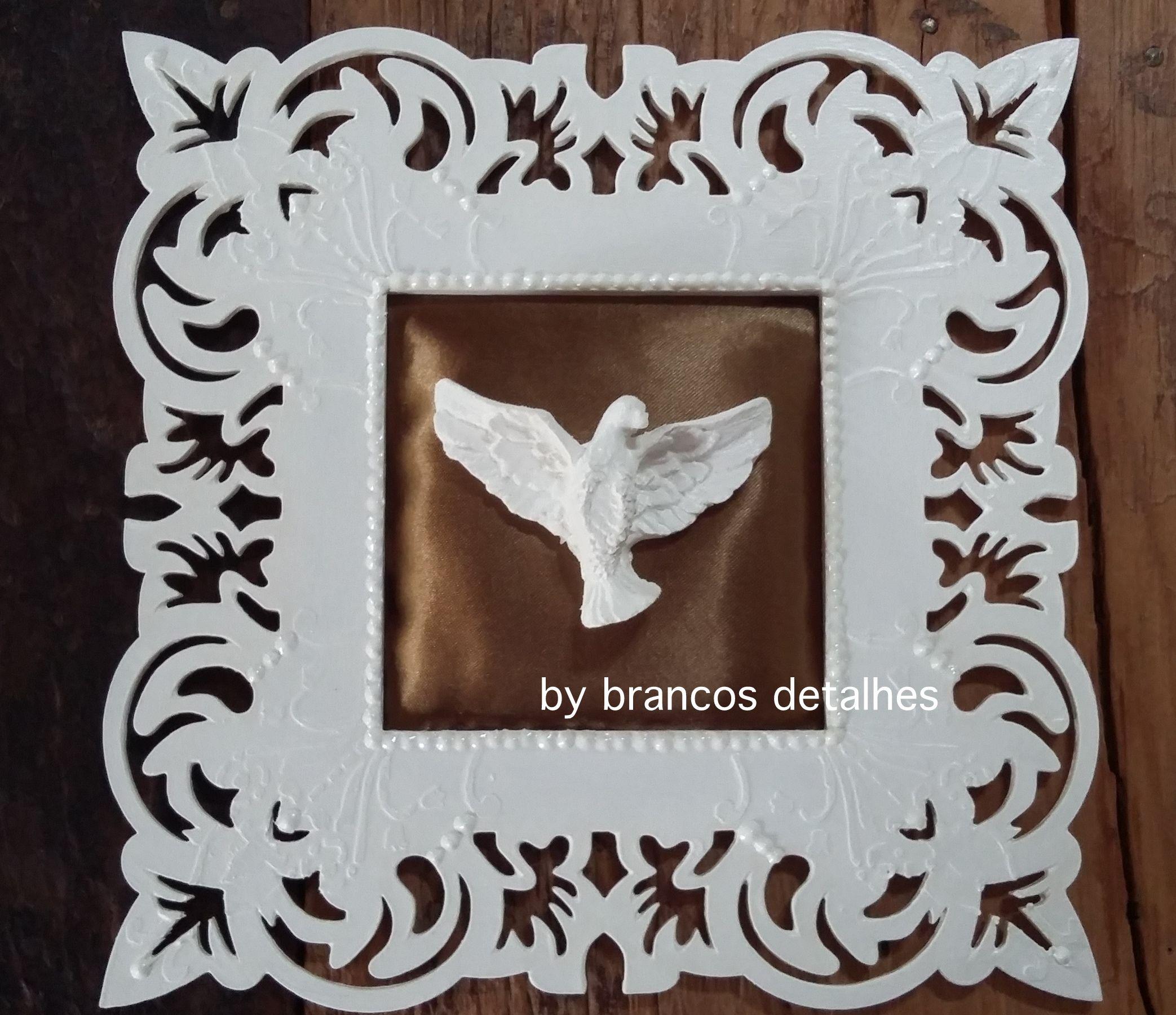 Quadro decorativo. Detalhes: moldura vazada branca, textura em relevo, centro em tecido e divino espírito santo branco.