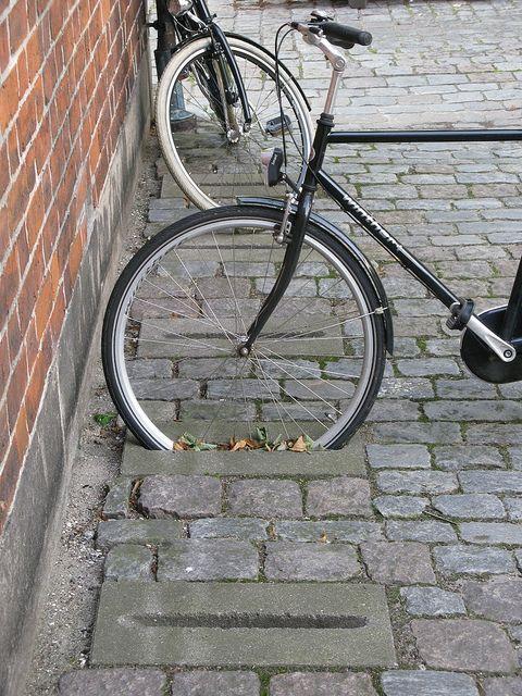 FIT2:  Fietsenrek verwerkt in de straat