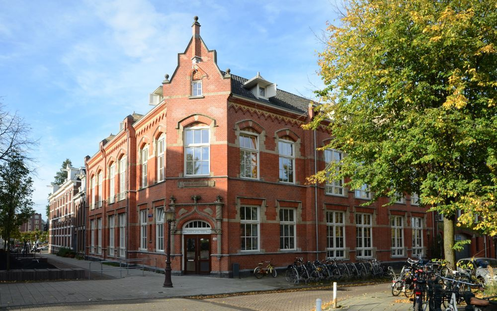 Een monumentale school in Amsterdam uit 1886 is op biologische wijze gerenoveerd door Aayu architecten, en voldoet aan de duurzaamheidseisen van nu.