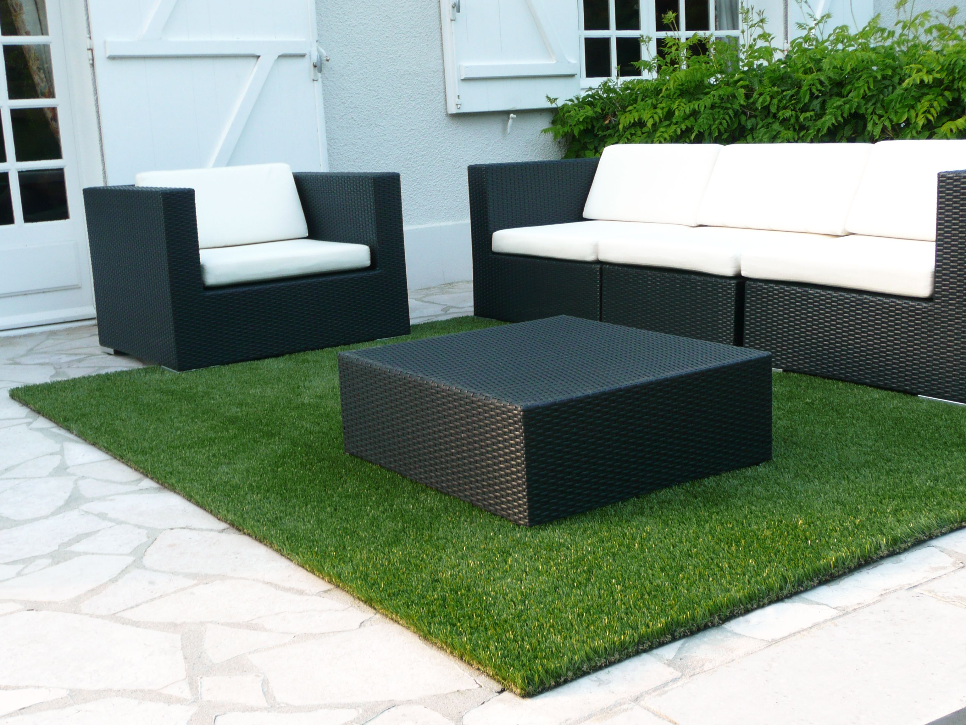 le vert s 39 invite partout m me sur cette terrasse avec ce tapis en gazon synth tique du gazon. Black Bedroom Furniture Sets. Home Design Ideas