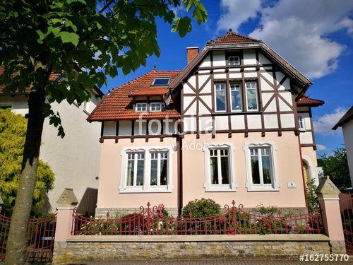 Alte Villa mit Fachwerk und bei Sonnenschein in