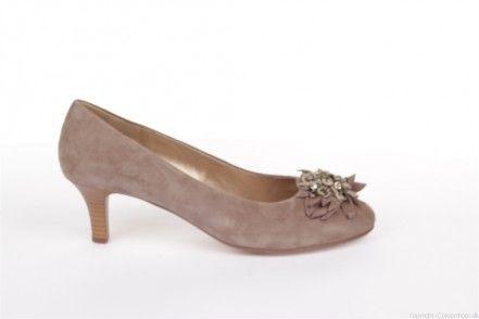Fin sandfarvet sko fra Gabor som er rigtig flot til alle forårets smukke farver. Skoen er i russkind og er pyntet med en blomst på snuden. Med denne sko får du kvalitet og lækre materialer, samt god komfort.