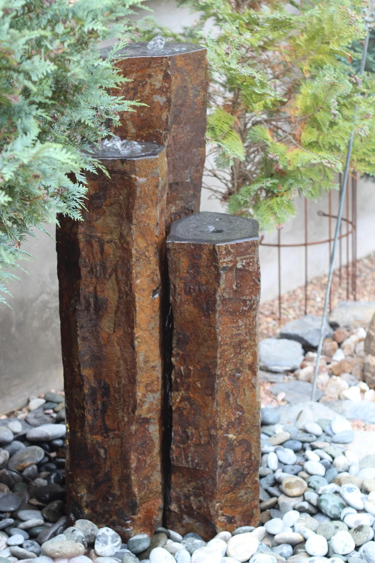 Quellstein 3er Basalt Sulen Wasserspiel Gartenbrunnen Wasser im Garten  Ausstellung