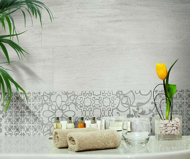 Hometeak - lasitettu porcellanato. Kuvassa on sarjan perus- ja kuviolaatta värissä Cream Teak (25×100 cm).