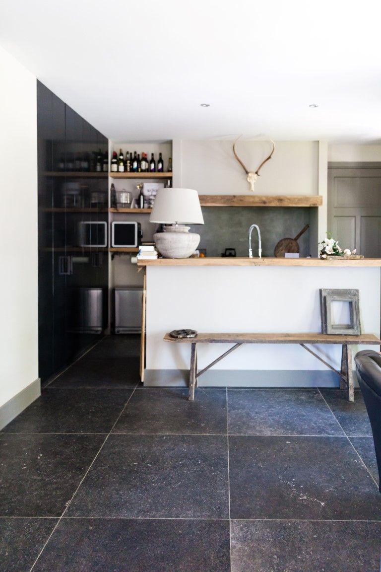 Prachtige keuken met Belgisch hardsteenlook vloertegels 80x80 maar ...