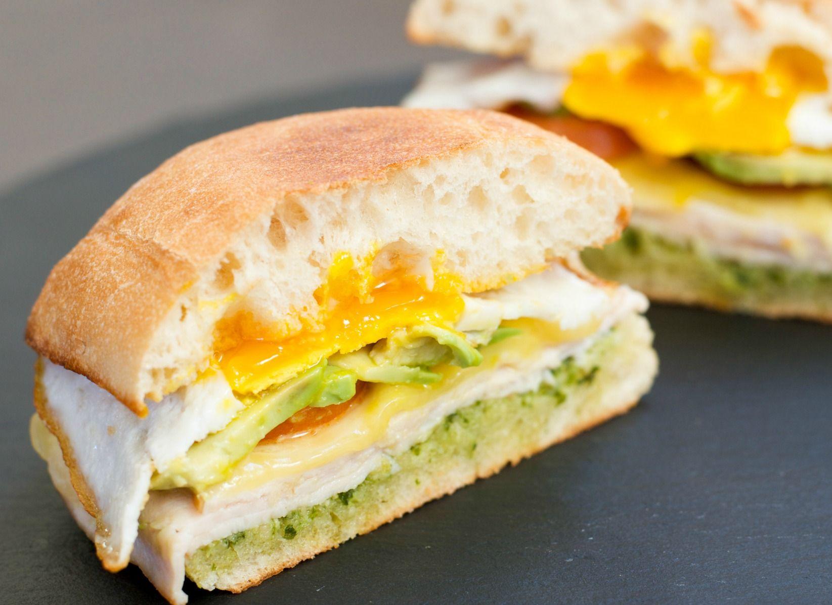 Breakfast egg sandwich with pesto #breakfast #breakfasteggsandwich #eggs #pesto