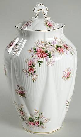 Royal Albert Servies Lavender Rose.Royal Albert Lavender Rose Chelsea Vase With Lid Royal Albert