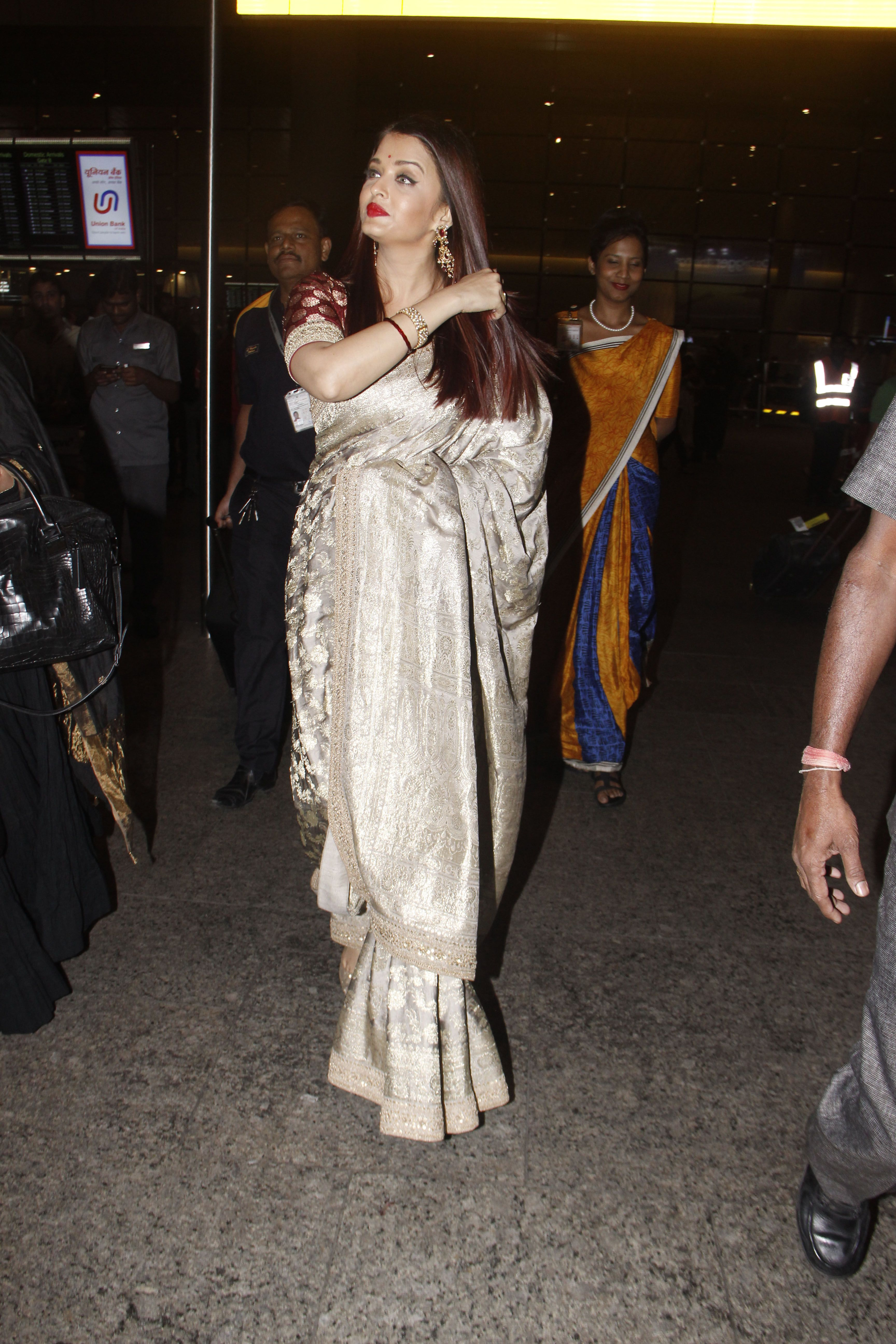 c304a3643296b0 Aishwarya Rai Bachchan Looked Magnificent Metallic Ivory & Gold Sabyasachi  Saree