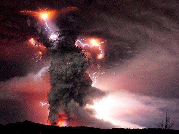 Una luz que proviene de los rayos del volcán ilumina el cielo.    Puede haber hasta tres tipos diferentes de rayos volcánicos, cuenta el especialista en volcanes Steve McNutt a National Geographic News.        Los espectaculares fuegos artificiales naturales a veces acompañan a las que se dispara y llegan a alcanzar longitudes de 3 kilómetros.