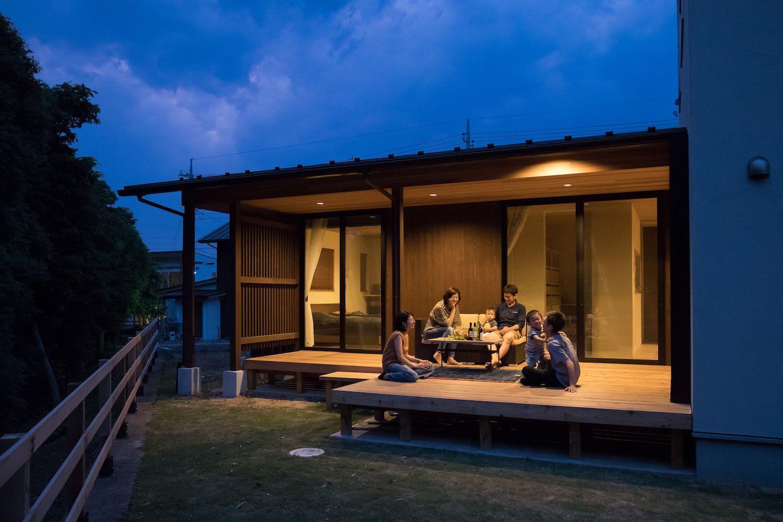 南に雑木の森を望み 大開口のサッシから光と風と森の景色を取り込む家