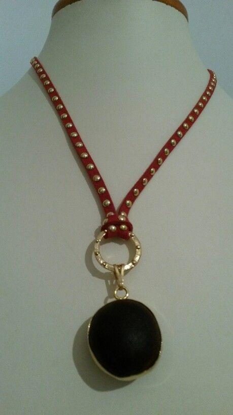 9ccb17aabe1d Collar protección pepa de zamuro engastada en oro bisutería ...
