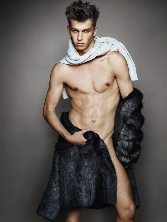 Næsten nøgen model iført pels.