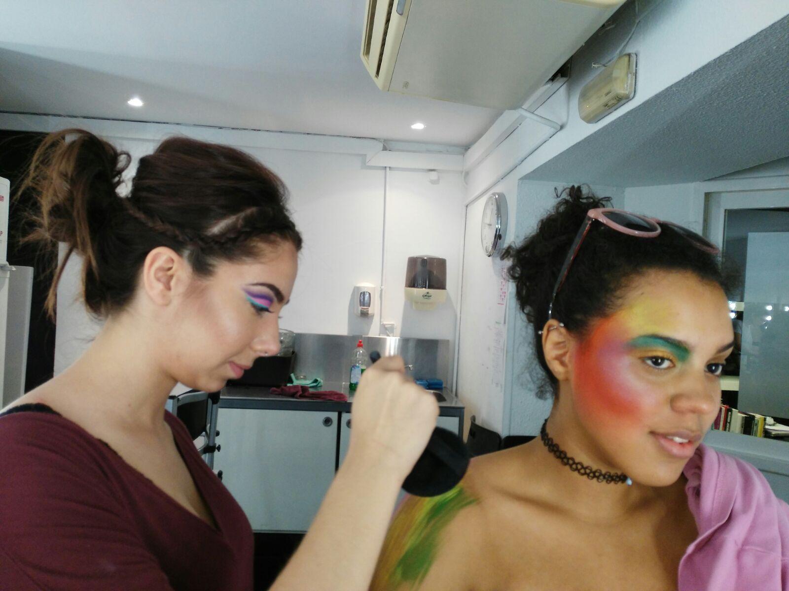 Alumnos y modelos en las preparaciones de las sesiones #maquillaje color.