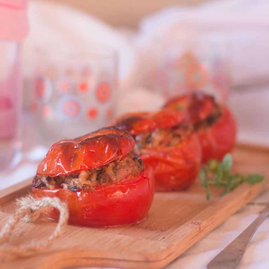 Cómo preparar tomates rellenos de queso de cabra, beicon y champiñones con Thermomix. Qué feliz estoy con la nueva colección que ha sacado la plataformawww.mithermomix.es, una colección donde el protagonista estelar es el tomate, producto que está en plena temporada, bien! y además uno de los ingredientes más consumidos, versátiles y económicos. La colección 100% …