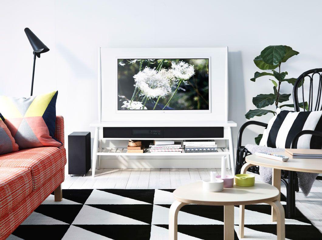 Ein weißes Wohnzimmer mit HIMNA Kombination mit TV 40\