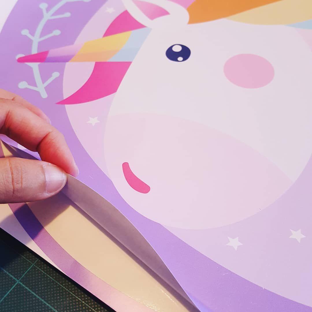 Como Colocar Un Vinilo Impreso Acomoda El Vinilo Donde Quieras Que Vaya Y Sujetalo En El Centro Con Cinta De Papel Para Que Quede Fi Cards Kids Playing Cards