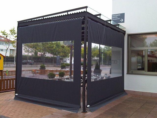 Toldo cortina enrollable para la terraza de este hotel for Cortinas para exterior