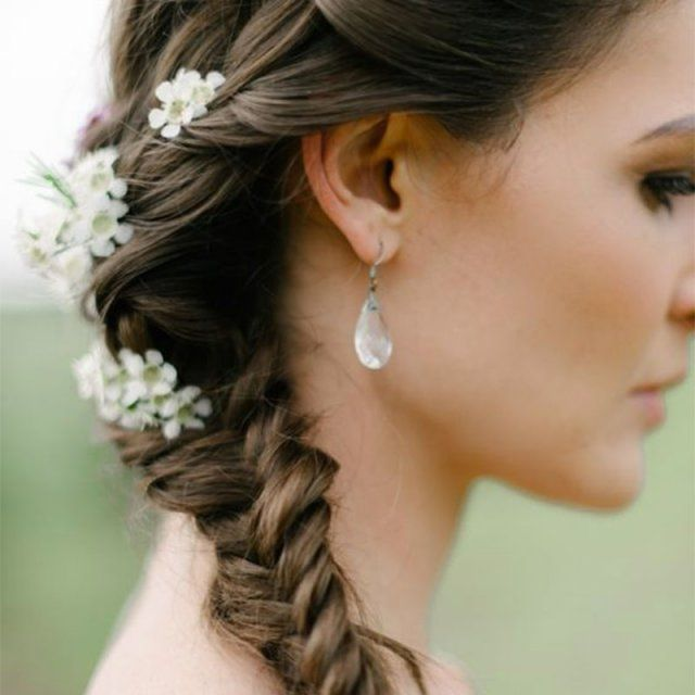 Réaliser une coiffure avec des fleurs pour un mariage