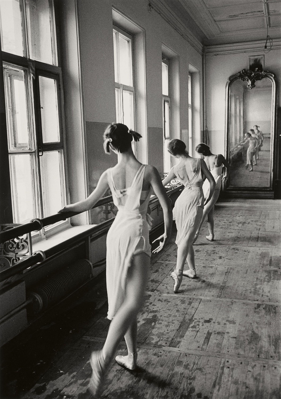 Cornell Capa  Budapest 1918 – 2008 New York  Bolshoi Ballet School, Moscow  1958  Späterer Gelatinesilberabzug. 32,7 x 23 cm (35,2 x 27,8 cm).