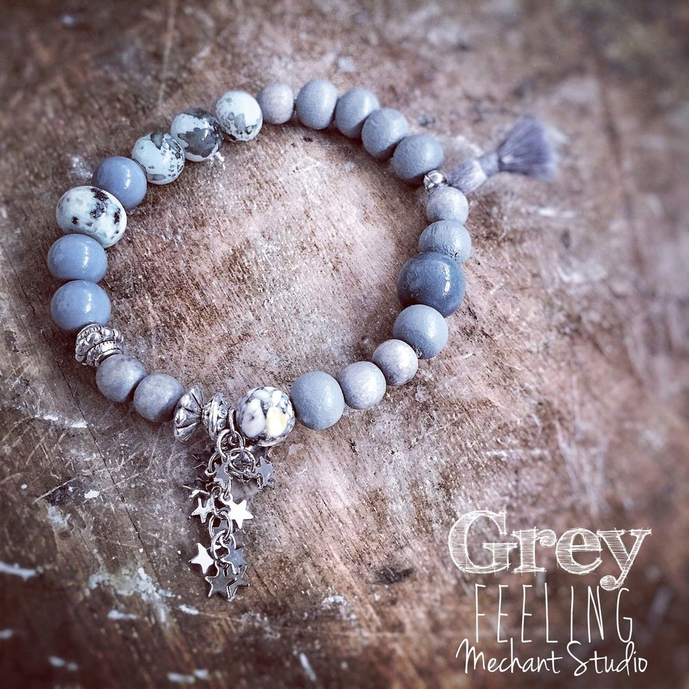 This sweet grey bracelet is made of grey opal beads, light grey turquoise, grey wood beads, silver beads and star canopy. Ce bracelet gris clair est composé d'opales gris clair, turquoise gris,