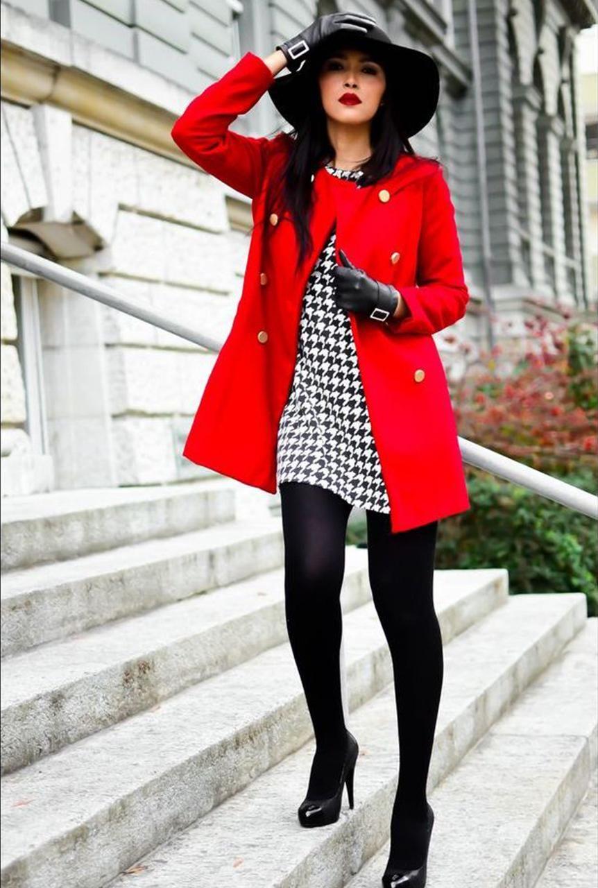 Conjunto abrigo rojo, vestido estampado blanco y negro, tacones negros,  sombrero negro y