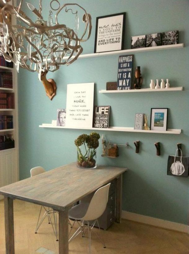 Mooie lichtblauwgrijze kleur in combi met hout en wit