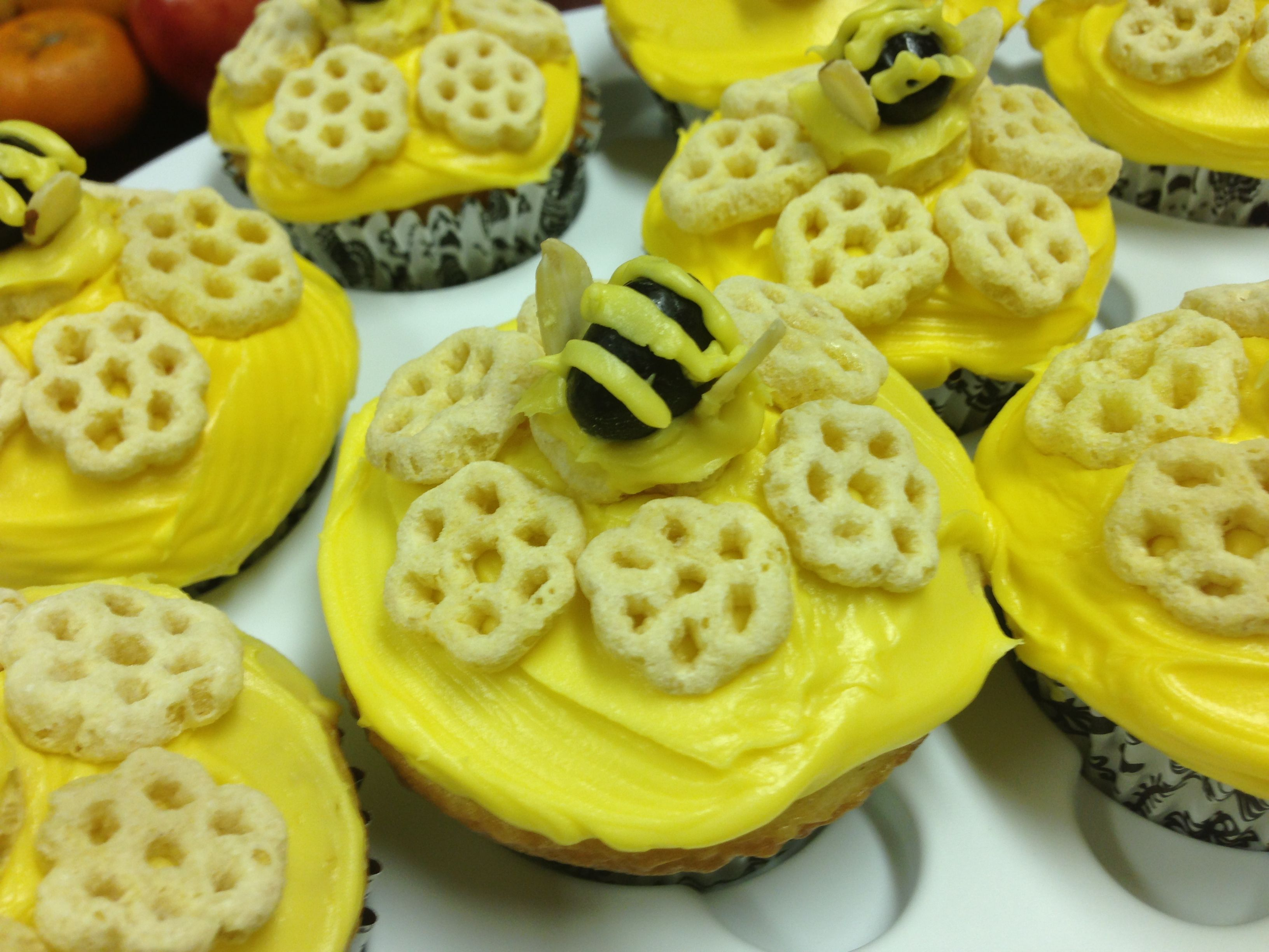 Virtual craft club diy vinyl wood slice sugar bee - Cute Easy Bumble Bee Honeycomb Cupcakes Cutecupcakes Bumblebees Honeycomb Cereal