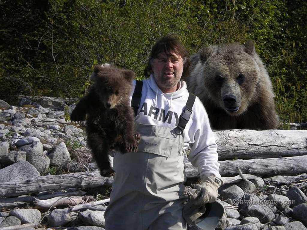 세상의 모든 엄마는 새끼들을 주시하고 있는데...이 아저씨는 새끼를 잡아 들어올려보고 있는데...엄마곰의 마음은 어떨까요? 5자로 표현해주세요.