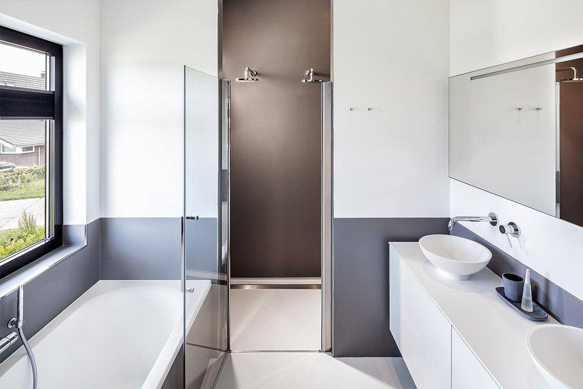 Strakke badkamer, met dubbele douche. Verdiepingshoge tegels en een ...