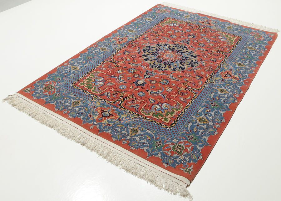 004 Isfahan Rug Haghighi Carpetvista 220 X 150 Cm What Appears As A Classical Motive At First Gets More Innovative The Closer You Look Fr The Professional