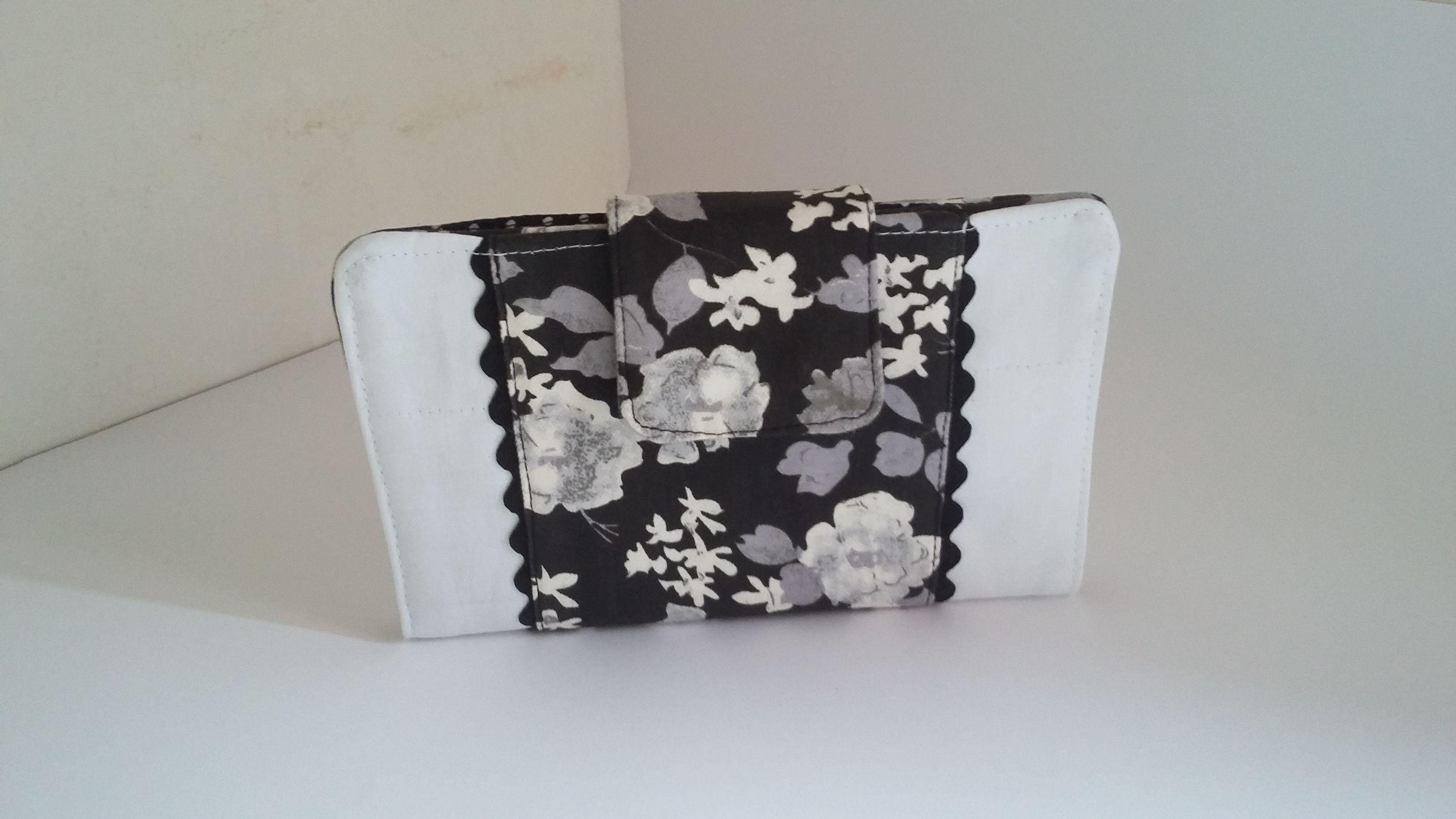 CARTEIRA TOP Produzida em tecido dublado 100% algodão estampado floral e em poá nas cores preto e branco e um leve cinza. Tamanho: 18x22cm Aceito encomendas R$35,24 E.mail: kauemalu@hotmail.com #amamosoquefazemos #bolsas