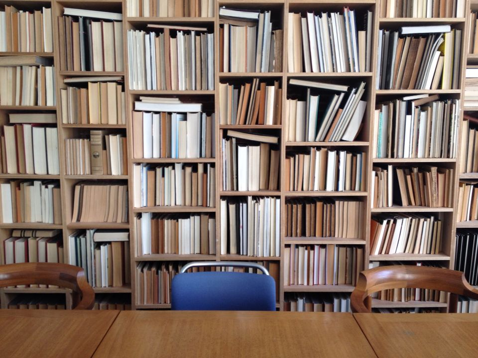 Boeken omgekeerd in de boekenkast...rustig beeld