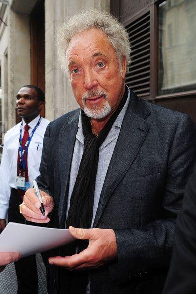 Tom Jones Photos Photos: Tom Jones Signs Autographs   Tom Jones (Fotos)