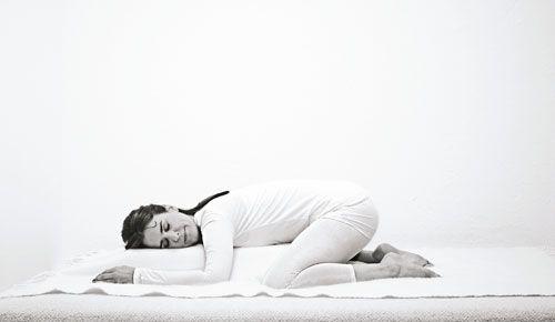 Schlafprobleme Wie Sie Mit Yoga In Den Schlaf Finden Sanftes Yoga Yoga Ubungen Und Einschlafen