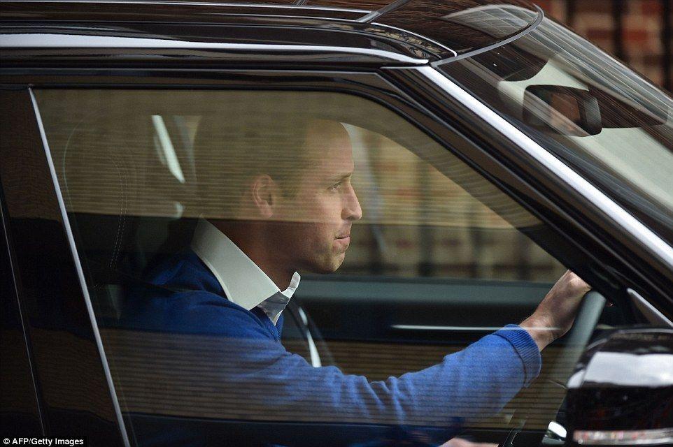 Después de decirle a los medios de comunicación y los aficionados se reunieron él era 'muy feliz', William condujo a sí mismo fuera del hospital para recoger Prince George de Palacio de Kensington