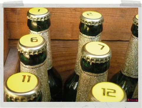 Aikuiseen makuun joulukalenterin voi rakentaa koristelluista pienpanimoiden olut- tai siideripulloista.