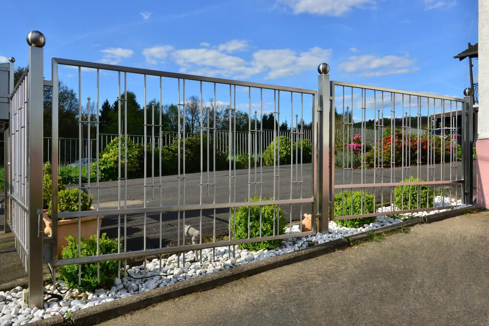 Steal Fence Posts Support This Modern Metal Fence Steel Fence Steel Fence Panels Fence Design