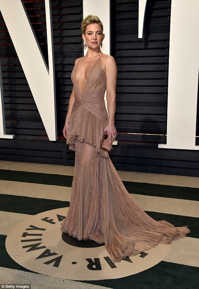 Kate Hudson dazzles in a plunging gold gown at Vanity Fair Oscars ...