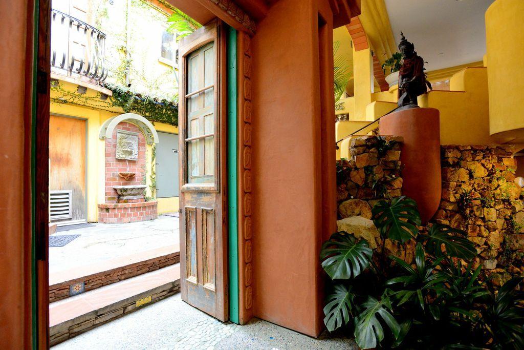 The Lobby Of The Secret Garden Inside The Les Artistes Inn, Del Mar  California.