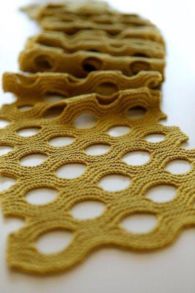 необычный шарф швейцарский сыр шарф спицами в крупную дырку