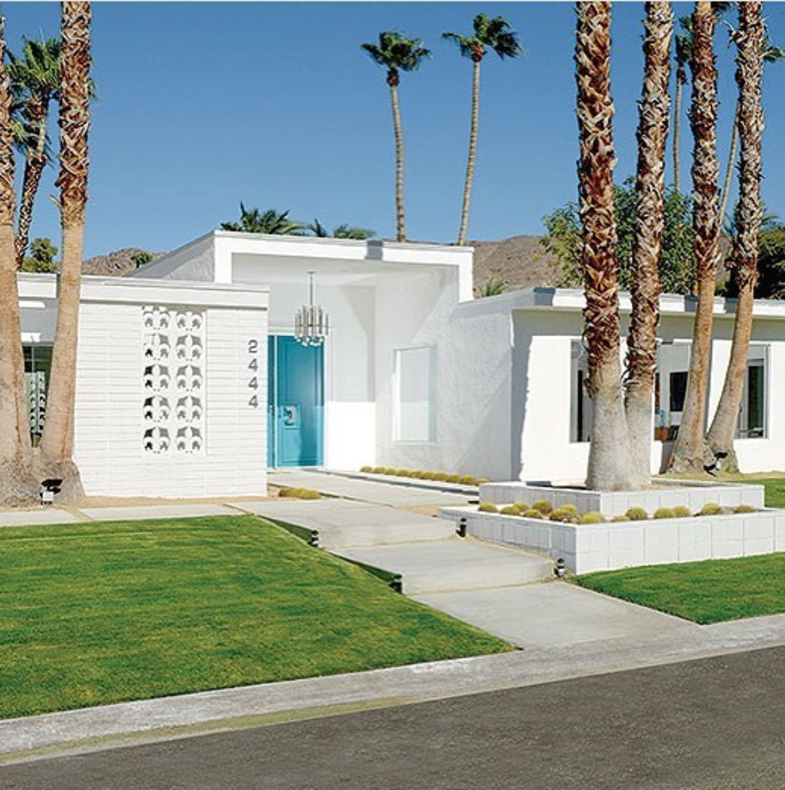 Palm Springs Clean Mid Century Modern Exterior With Aqua Door Mid Century Modern House Palm Springs Houses Mid Century Modern Exterior