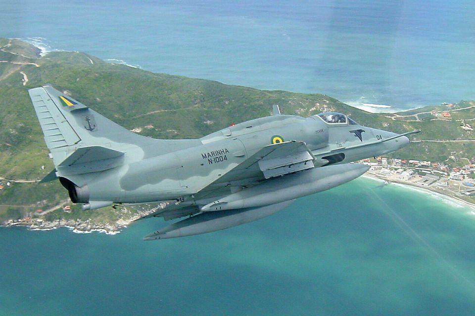 O AF-1 Skyhawk é configurado para pousar e decolar no porta-aviões NAe São Paulo (Marinha)