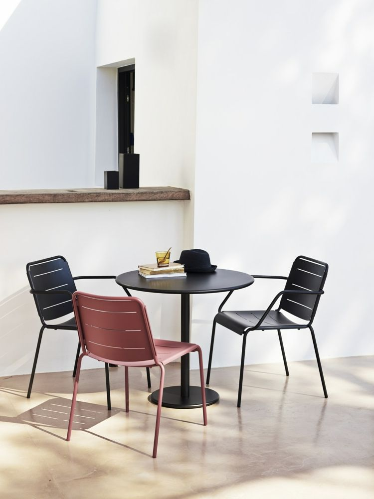 table ronde en métal noir, chaises design assorties et modèle ...