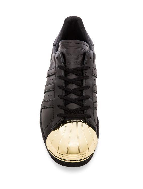 adidas Originals BLUE Superstar 80 s Metal Toe Sneaker en Negro y Dorado  0f8eb12b66243