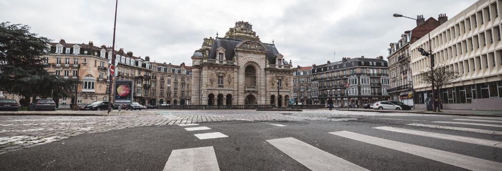 Passez L Historique Porte De Paris De Lille En Vidéo Porte Paris Paris Lille