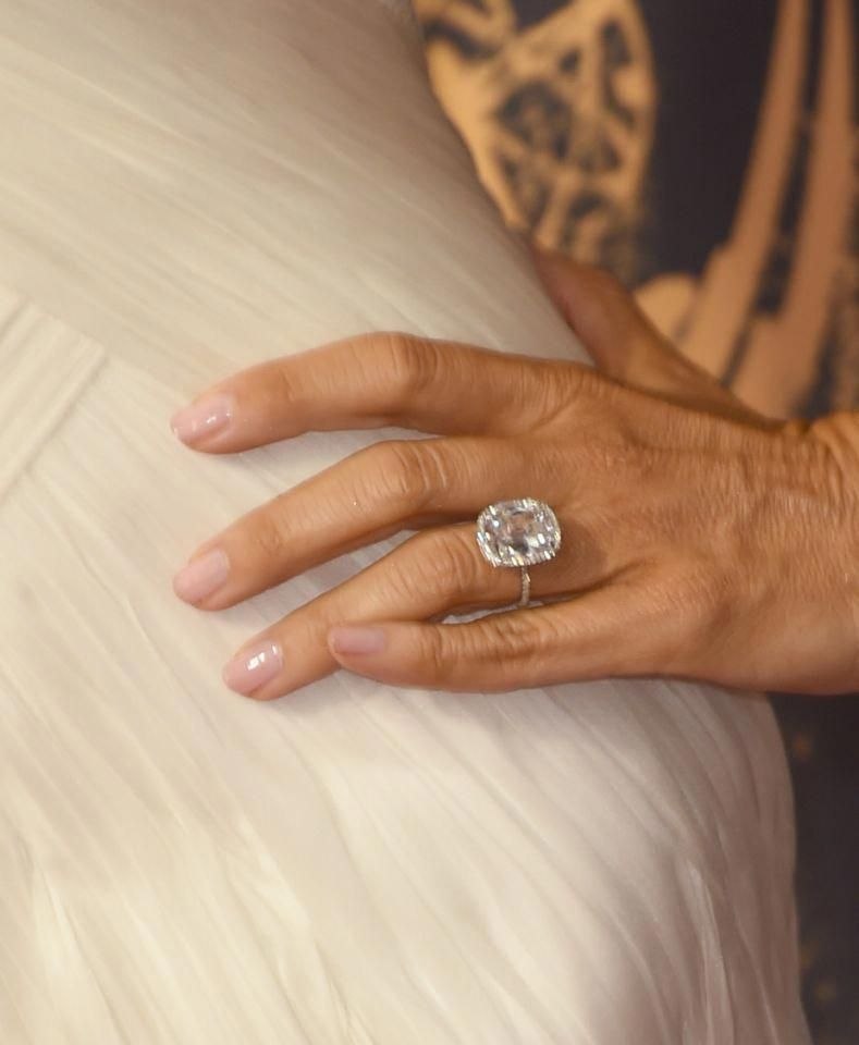 Modern Family Star Sofia Vergara Has One Big And Bold Engagement Ring Which Is Rumoure Bold Engagement Rings Dream Engagement Rings Wedding Rings Engagement