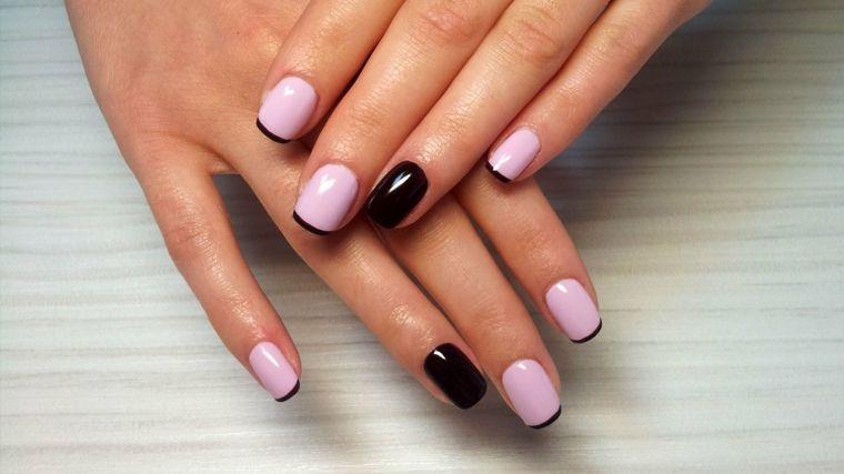 Immagine di unghie eleganti con smalto rosa e una french manicure nera,  accent nail di