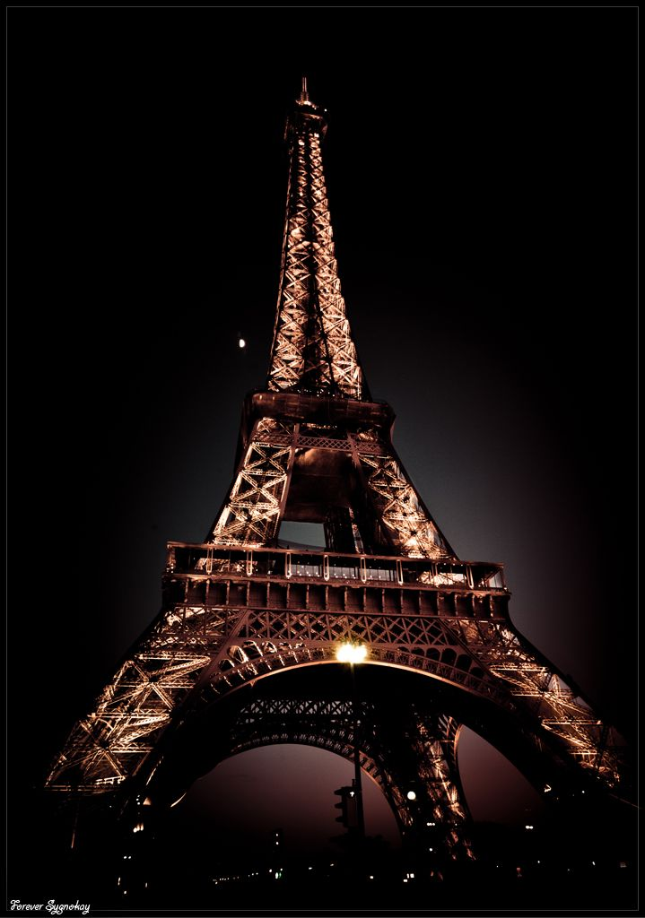 vivrearia Paris Eiffel Tower at night Paris tour
