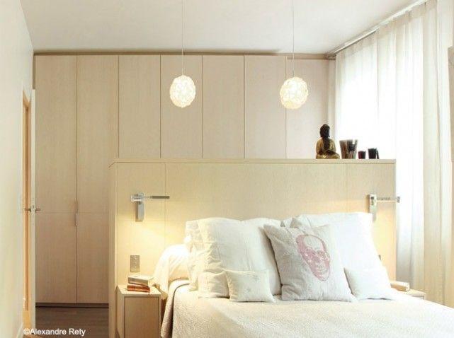 T te de lit en lot rempli de tiroirs et petits placards for Tete de lit separation salle de bain