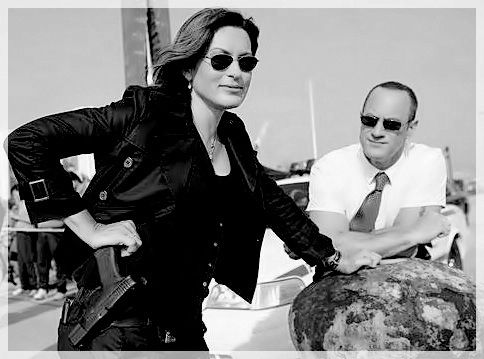 Mariska and Chris on set; black and white